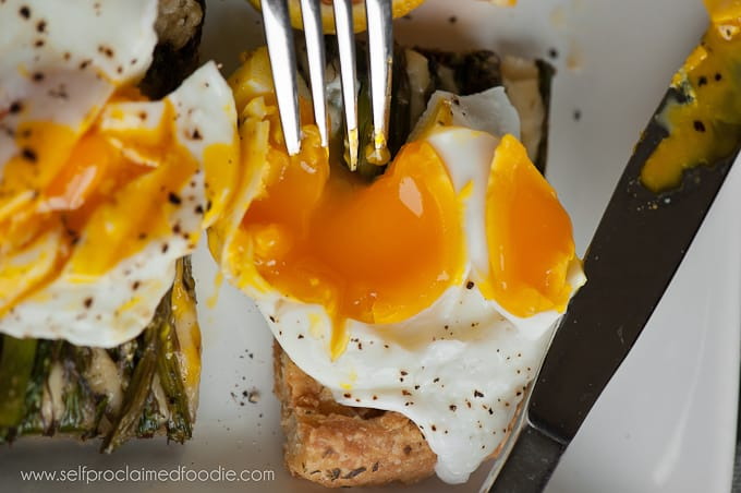 the-perfect-poached-egg-yolk