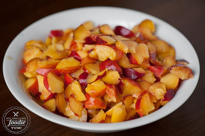 a bowl of cut nectarine pieces