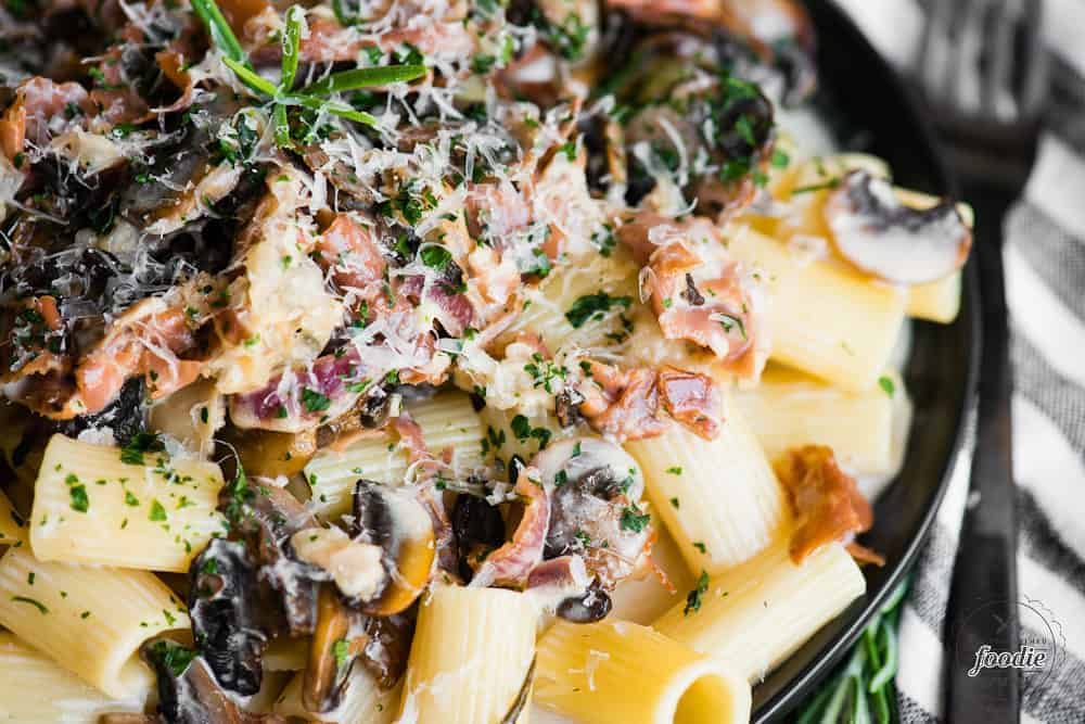 creamy rigatoni pasta with mushrooms and prosciutto