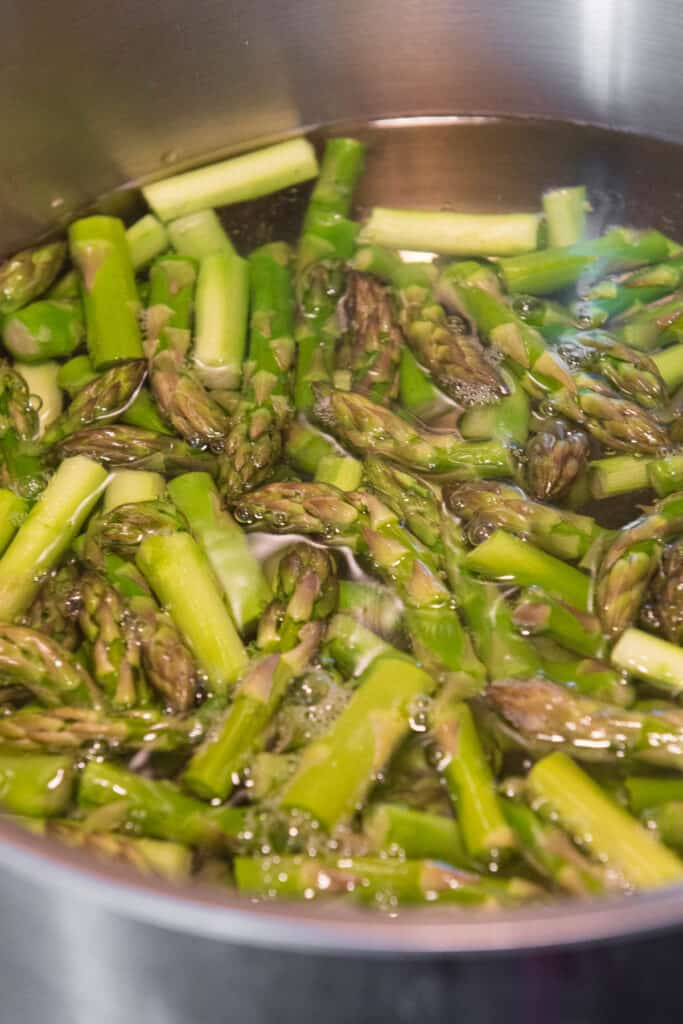 blanching asparagus in boiling water