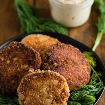 homemade crab cakes with remoulade sauce