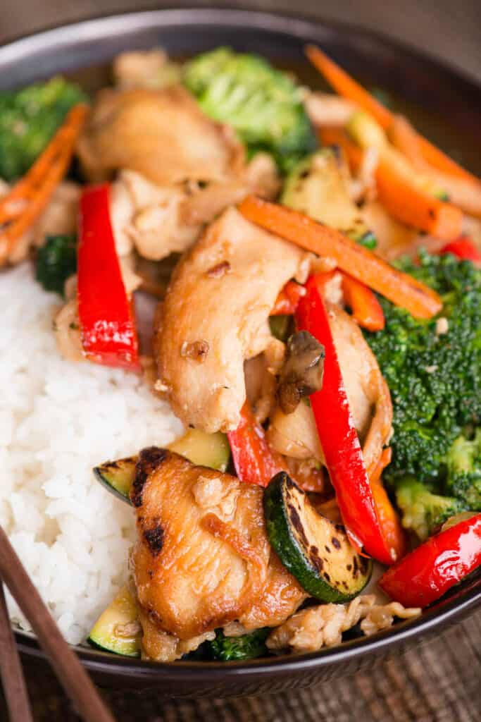 hunan chicken with peppers, onions, broccoli, carrots and zucchini