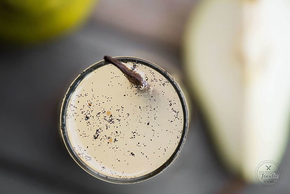Easy prosecco cocktail with pear and vanilla